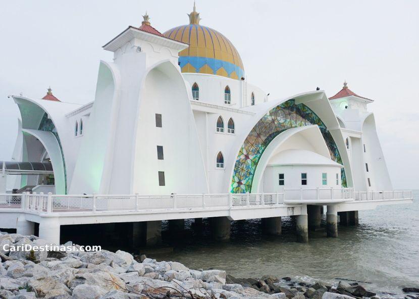 apa menarik di masjid selat melaka