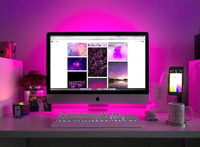Komputer berlatarkan cahaya ungu